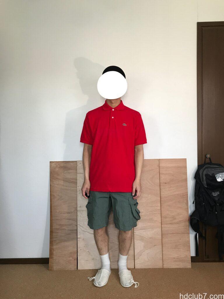 3度洗濯したラコステのポロシャツL1212のサイズ5とプロッパーのカーゴショーツを着た人