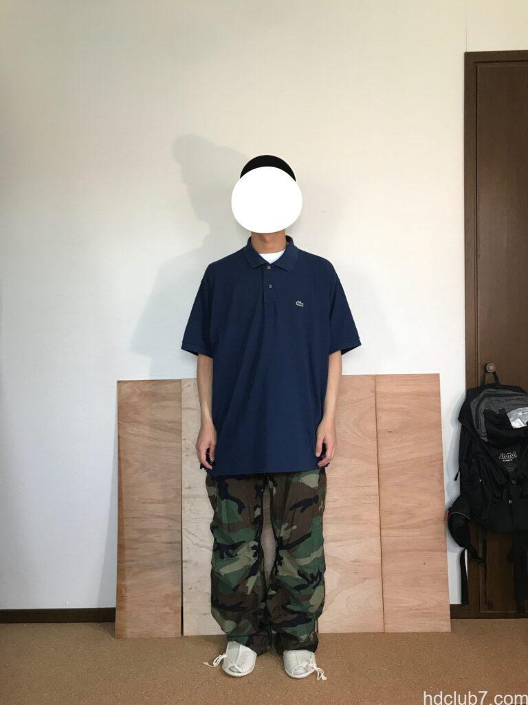 ラコステのポロシャツL1212のオーバーサイズ8とM65パンツを着た人
