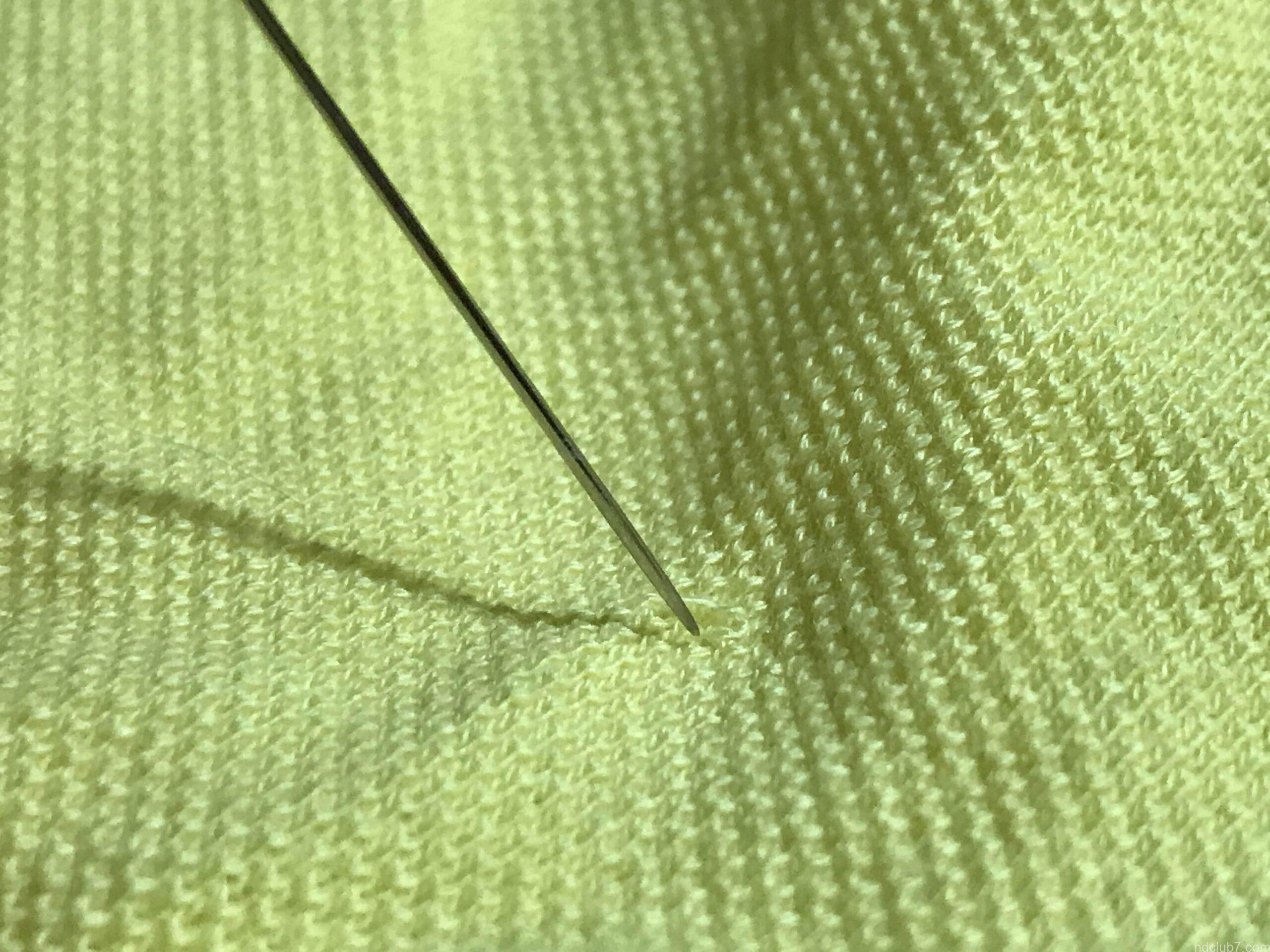 クロバーのほつれ補修針をラコステのポロシャツに刺している