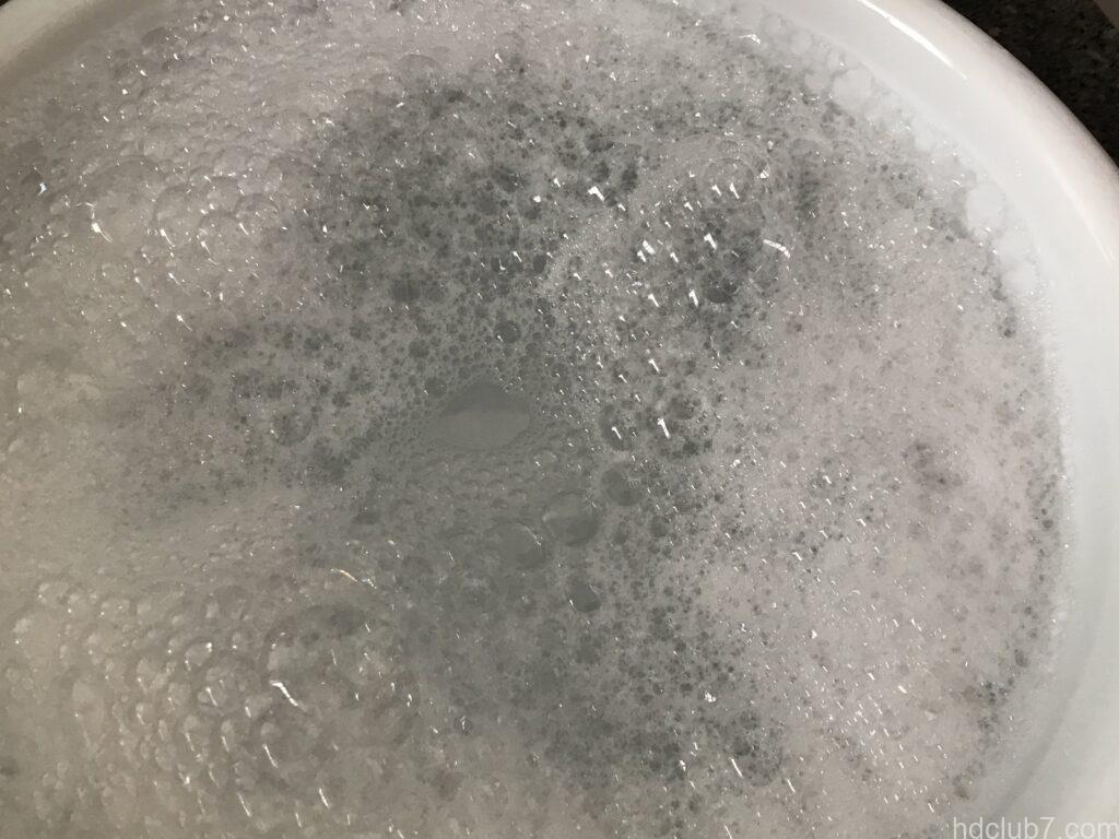 タライに張られた洗濯液
