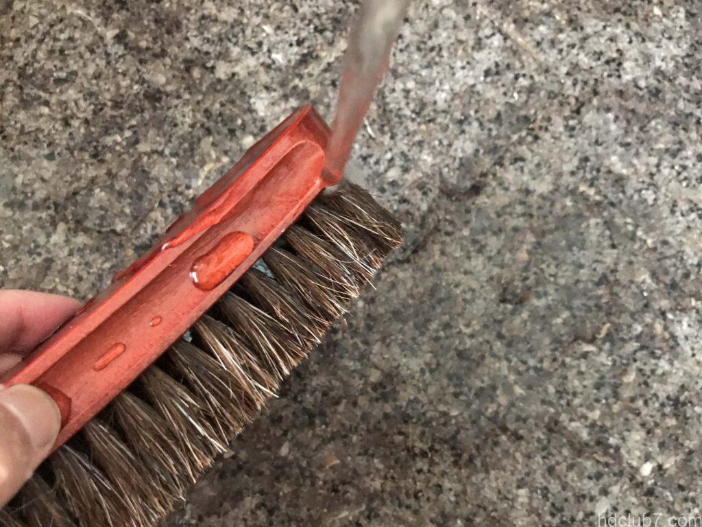 洗われているコロニルの馬毛ブラシ