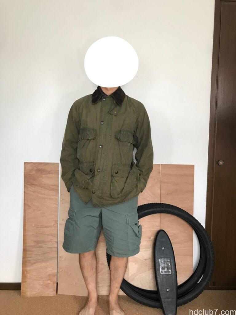 オイル抜き後のバブアーのビデイルとラコステのポロシャツを着た人