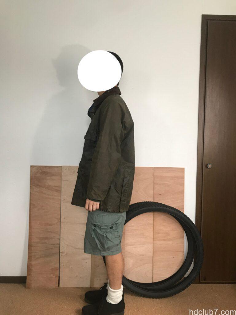 2ワラントのバブアービデイルとラコステのポロシャツとプロッパーのカーゴショーツを着た人