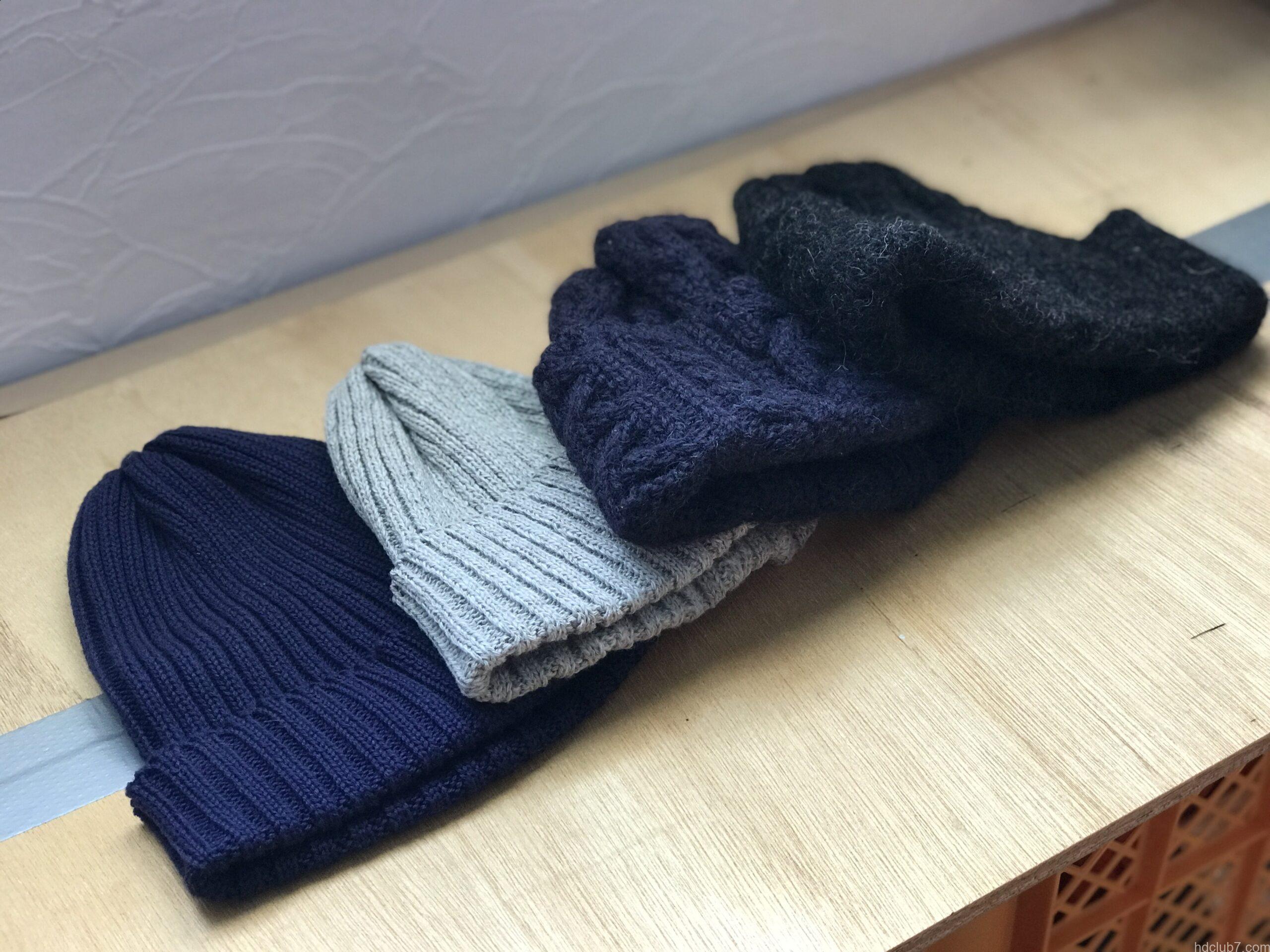 テーブルに並べられたハイランド2000のニット帽(コットン、リネン、ブリティッシュウール、アルパカ)